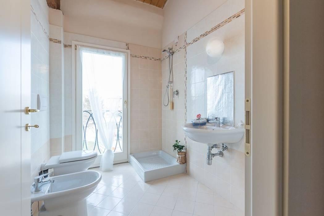 Appartamento Mazzini: Bagno in stile in stile Minimalista di Anna Leone Architetto Home Stager