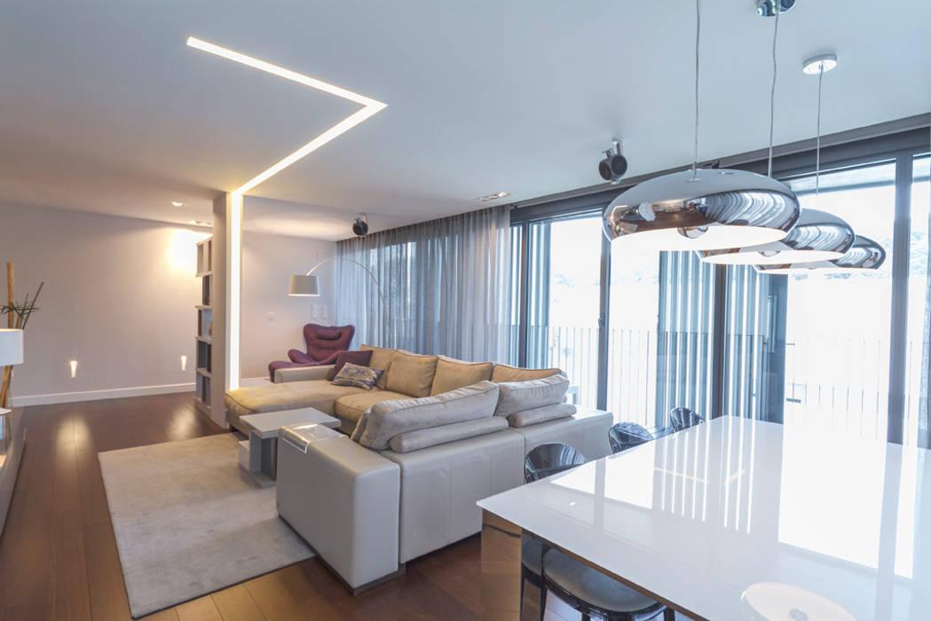 Salón comedor moderno con sofá beige y luces led: salones de estilo ...