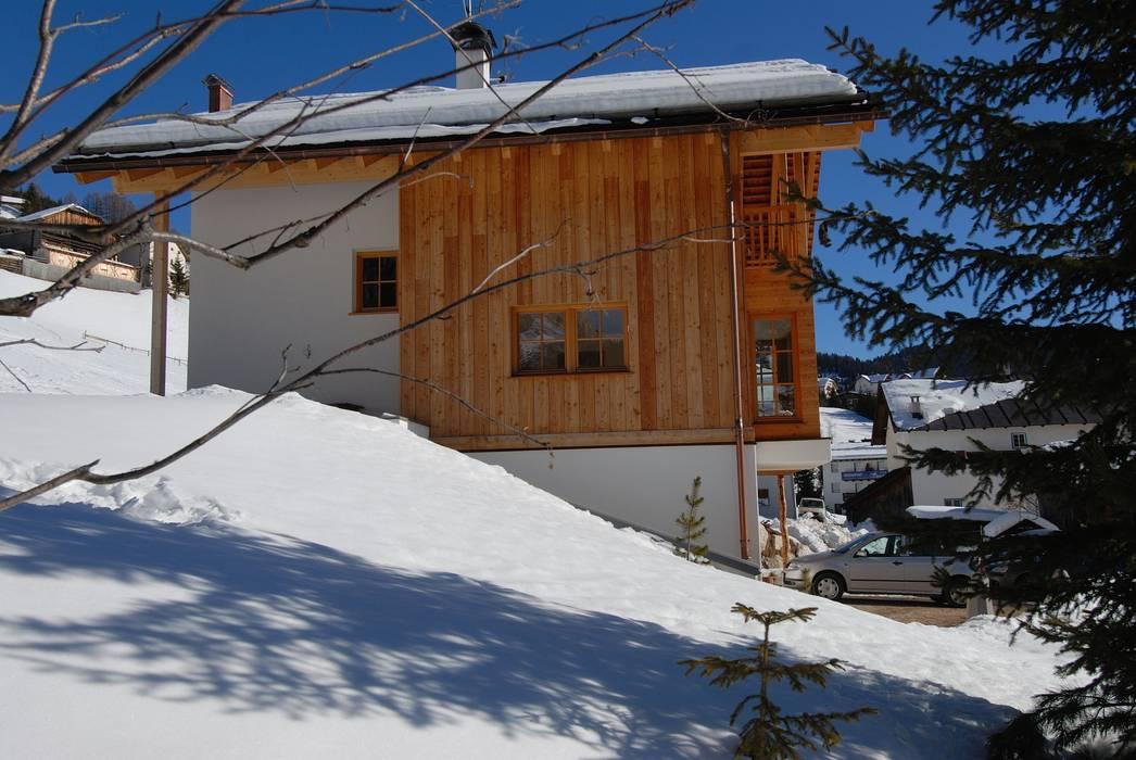 Una casa da montagna in Trentino: Casa passiva in stile  di Woodbau Srl