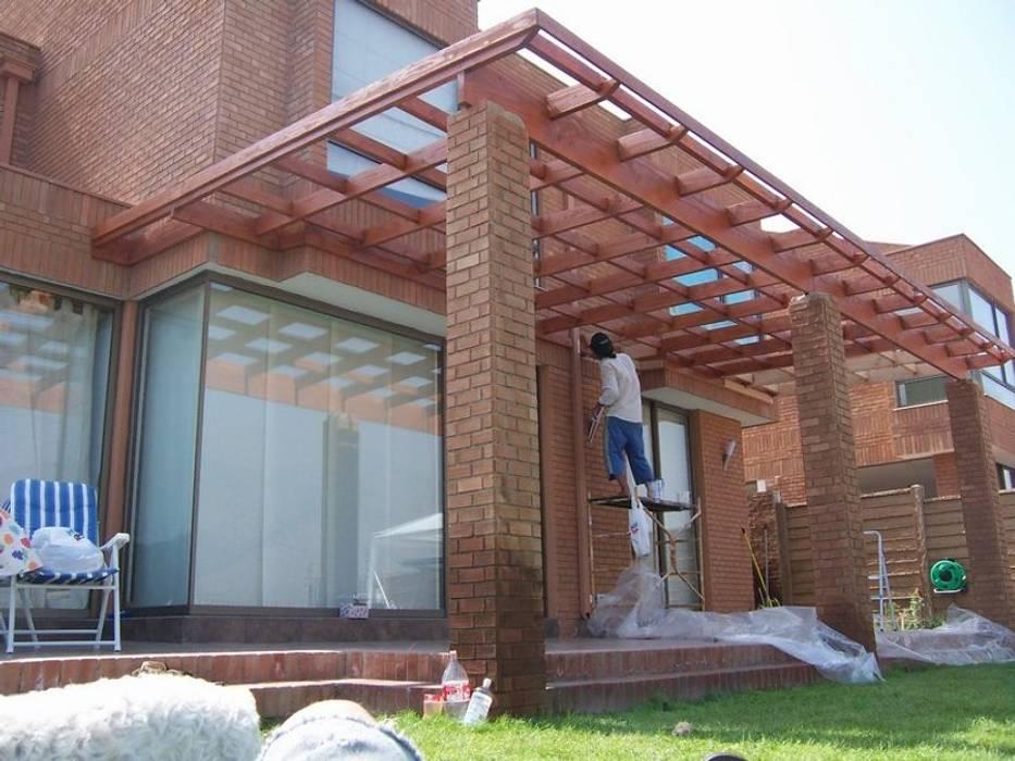 Terrazas de estilo por homify cl sico madera maciza - Modelos de pergolas ...