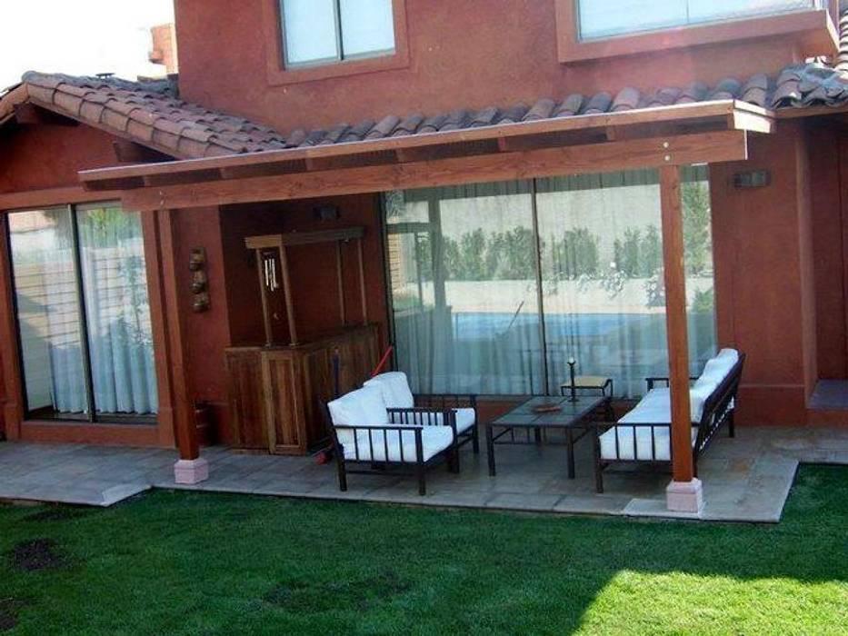 VISTA DE PERFIL DE LA PERGOLA homify Balcones y terrazas clásicos Madera maciza Acabado en madera