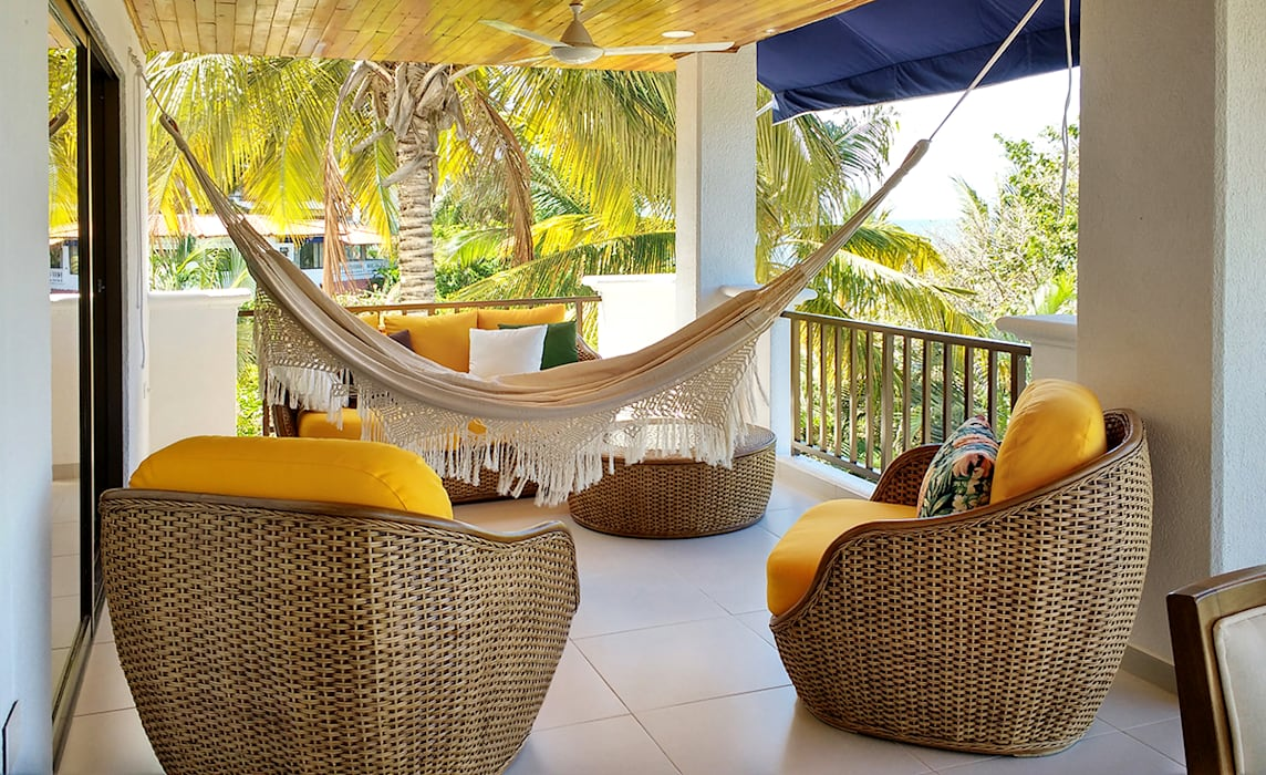 Terraza tropical en ratan Balcones y terrazas de estilo tropical de Remodelar Proyectos Integrales Tropical Derivados de madera Transparente