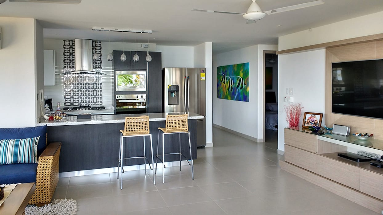 Vista general de la zona social y de cocina: Salas de estilo  por Remodelar Proyectos Integrales
