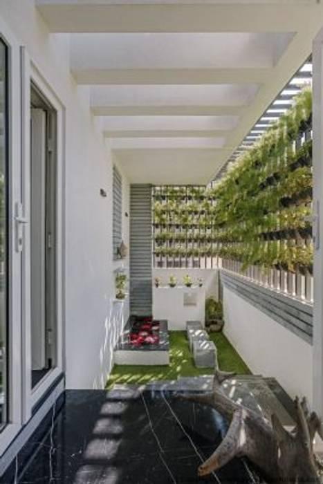 Striking House GArden Designs: 40×60, 4BHK:  Garden by Ashwin Architects In Bangalore,Asian