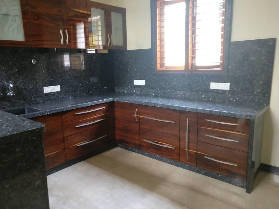Kitchen Counter:  Kitchen by Geometrixs Architects & Engineers
