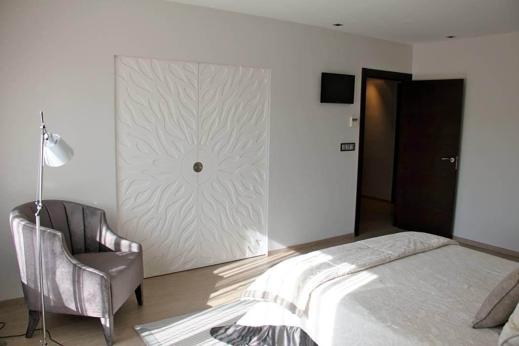 Detalle puertas baño: Puertas de estilo  de Asun Montoya Estudio Interiorismo