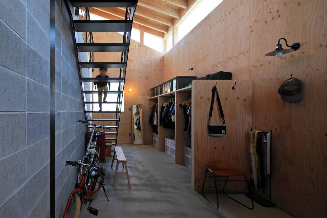 ㈱ライフ建築設計事務所 Pasillos, vestíbulos y escaleras de estilo moderno