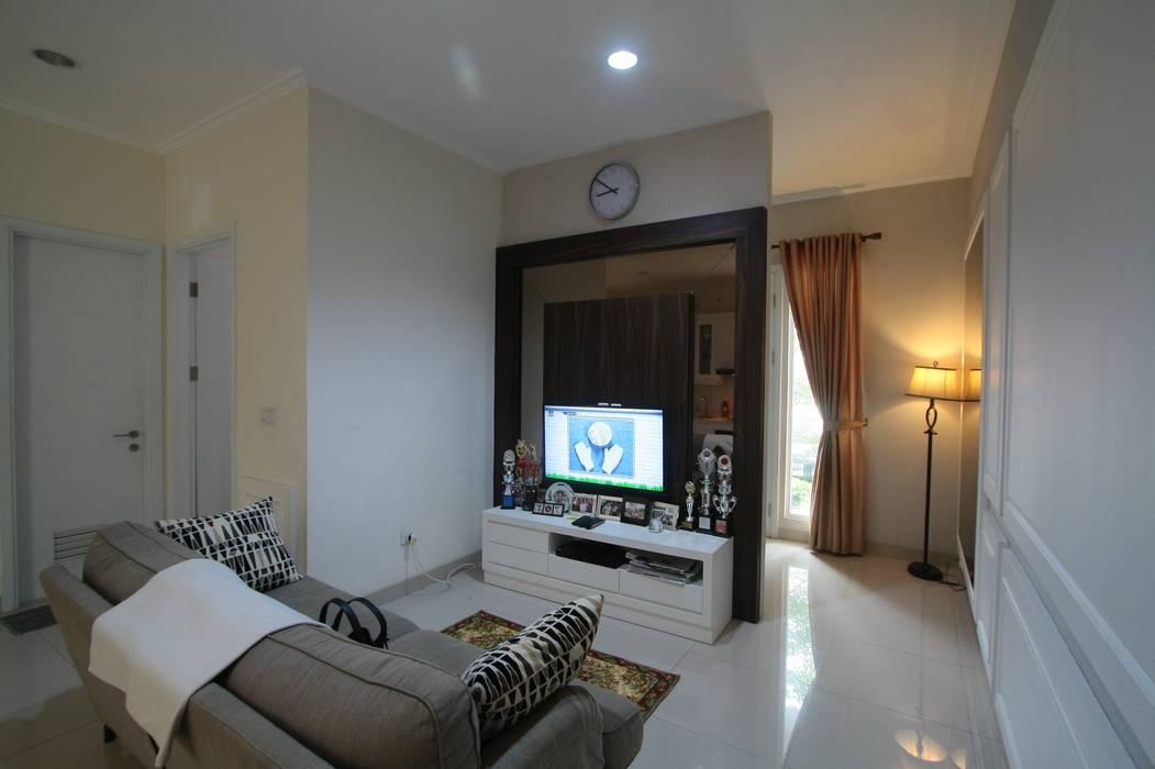 Ruang Keluarga: Ruang Keluarga oleh Exxo interior, Modern