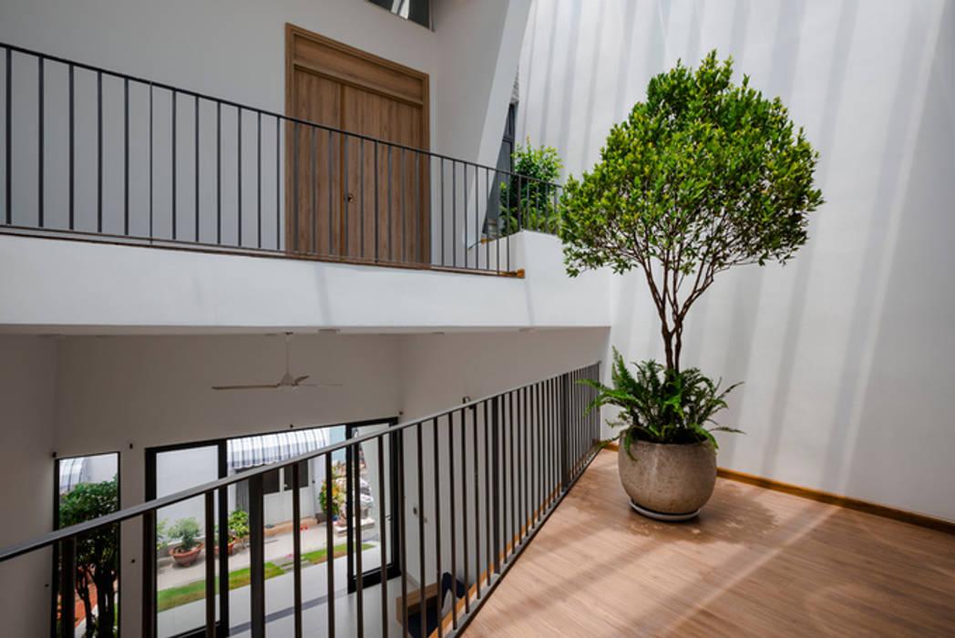 Corridor & hallway by Công ty TNHH Xây Dựng TM – DV Song Phát, Modern