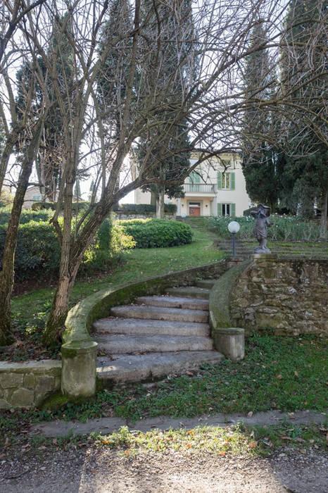 dettaglio della scalinata: Giardino anteriore in stile  di Morelli & Ruggeri Architetti