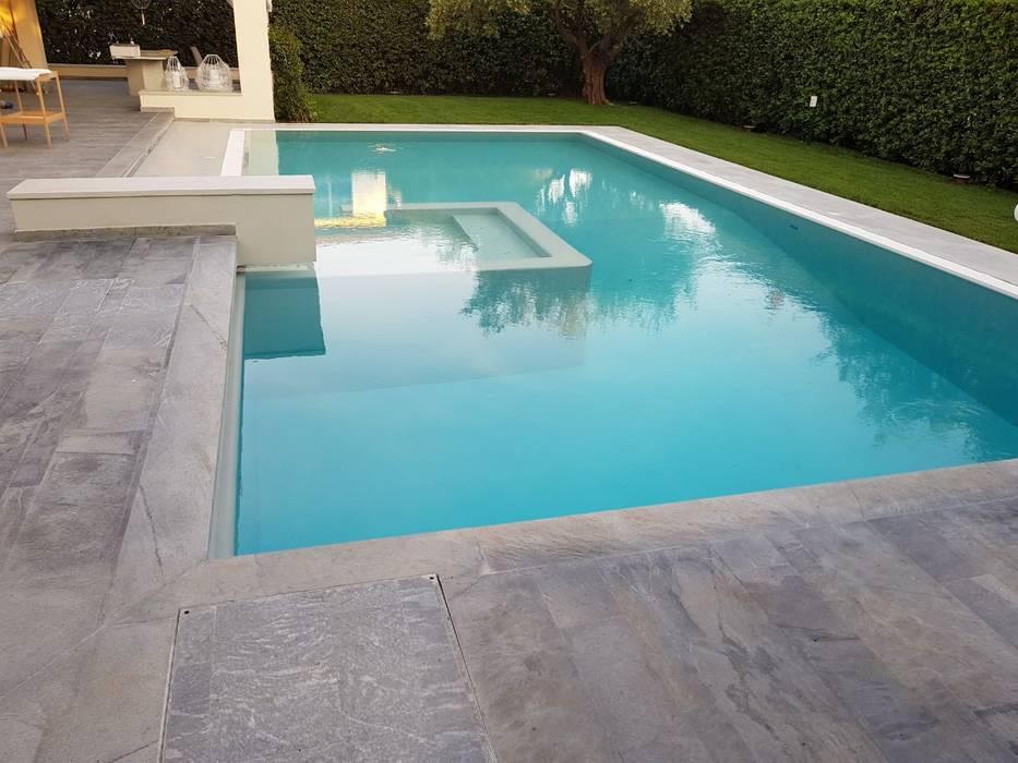Villa - esterno piscina: Giardino con piscina in stile  di COVERMAX RESINE