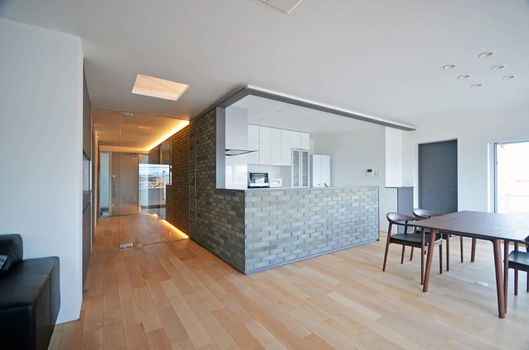 南本町の家リノベーション: 大塚高史建築設計事務所が手掛けたキッチンです。