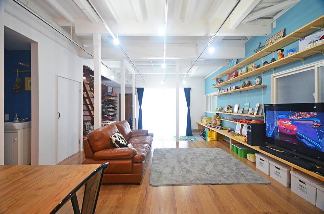 Tropical style nursery/kid's room by 大塚高史建築設計事務所 Tropical Wood Wood effect