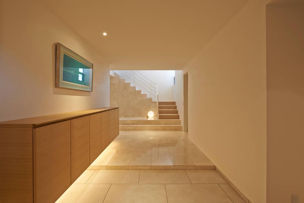 Scandinavian style corridor, hallway& stairs by アトリエモノゴト 一級建築士事務所 Scandinavian Marble