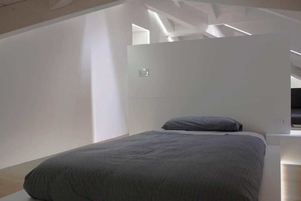 cameretta bambino: Camera da letto in stile in stile Minimalista di Giemmecontract srl.
