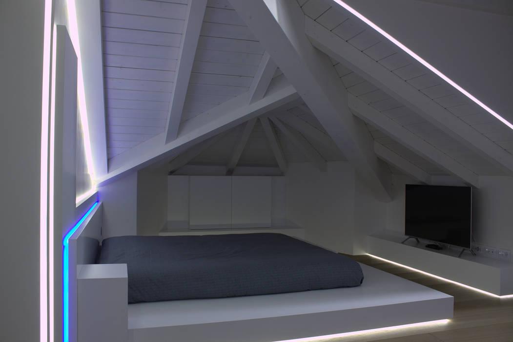 camera da letto: Camera da letto in stile  di Giemmecontract srl.