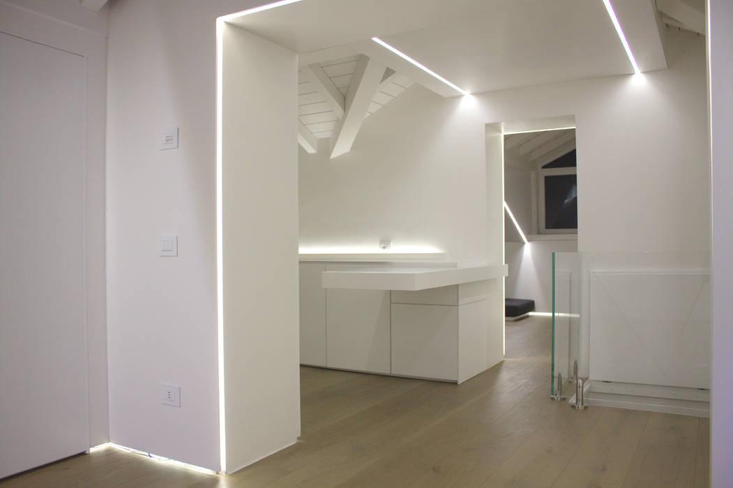 corridoio: Ingresso & Corridoio in stile  di Giemmecontract srl.