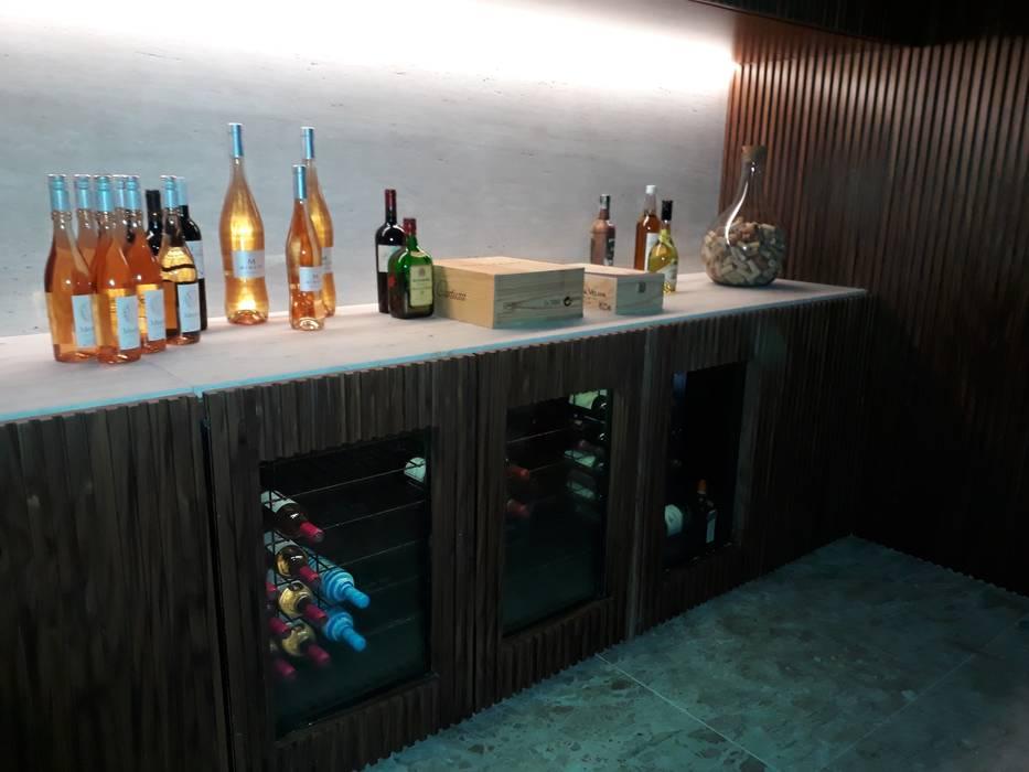 Bodegas de vino de estilo  por Edr Cristal - Adegas Climatizadas, Ecléctico Madera maciza Multicolor
