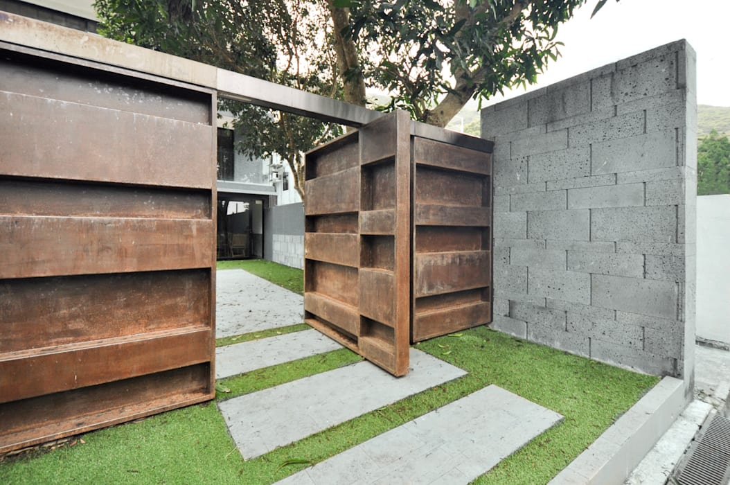 Garden gate:  Front yard by Nomad Office Architects 覓 見 建 築 設 計 工 作 室, Modern Metal