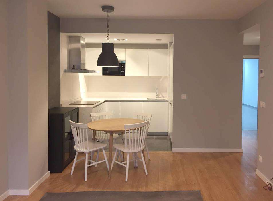 Cocina comedor con suelo laminado madera clara pared gris - Suelo madera cocina ...
