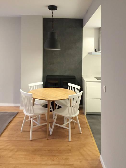 Comedor con mesa de madera clara y sillas de madera pintadas ...
