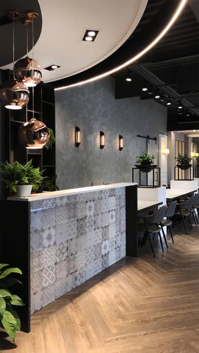 工業風壁燈:  牆面 by 見和空間設計
