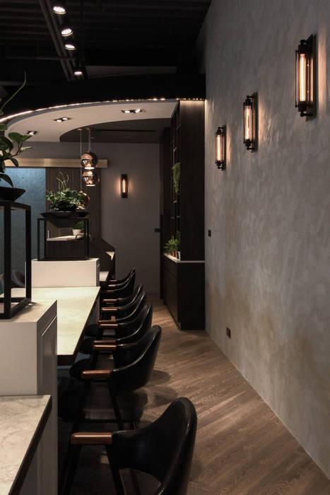 材質的搭配:  餐廳 by 見和空間設計