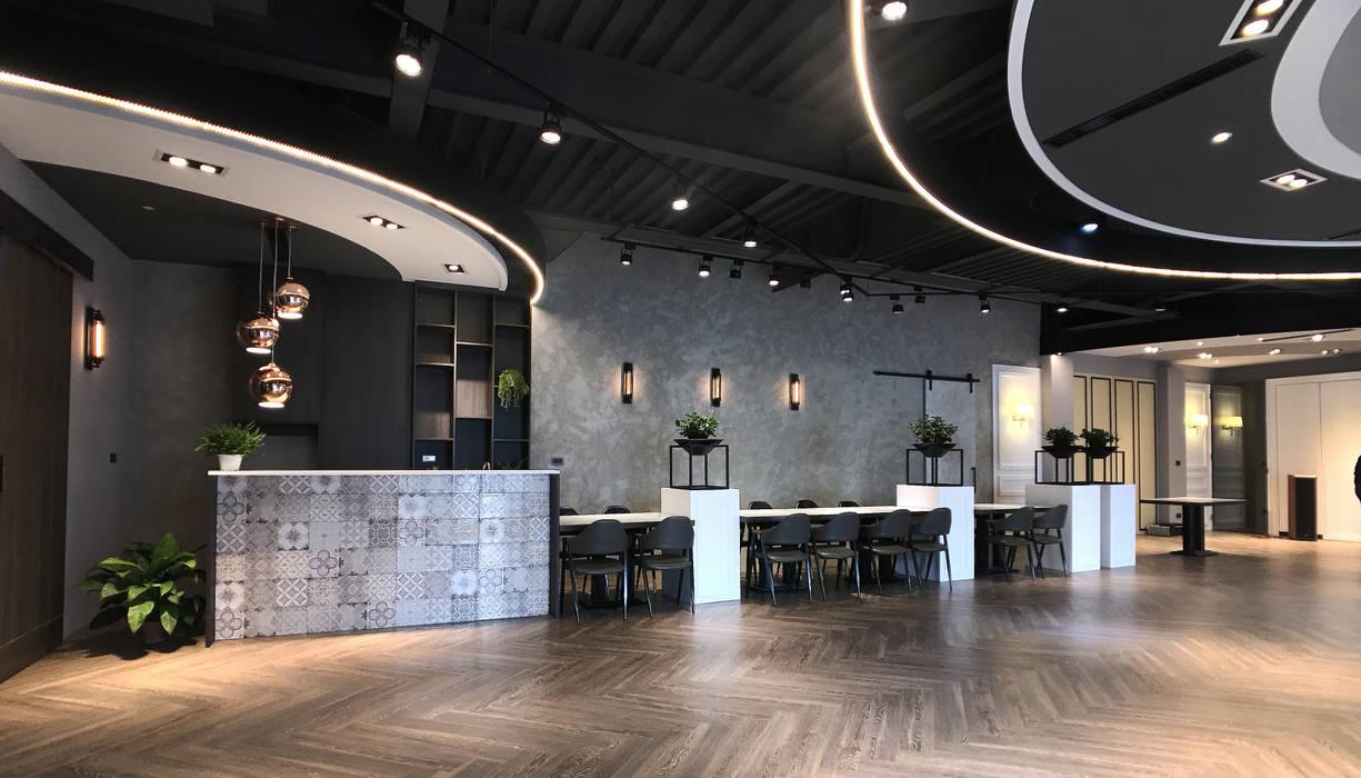 天花板及燈具設計:  餐廳 by 見和空間設計