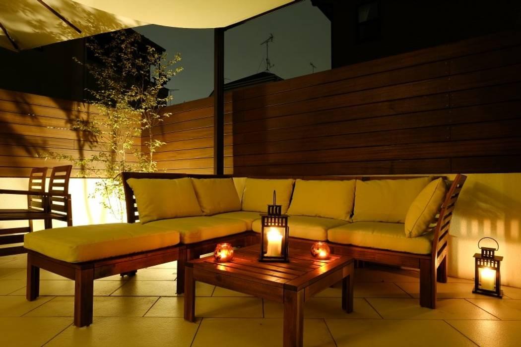 白いタイルテラス・ガーデンキッチンでアウトドアリビング: 株式会社 風知蒼が手掛けた庭です。,和風