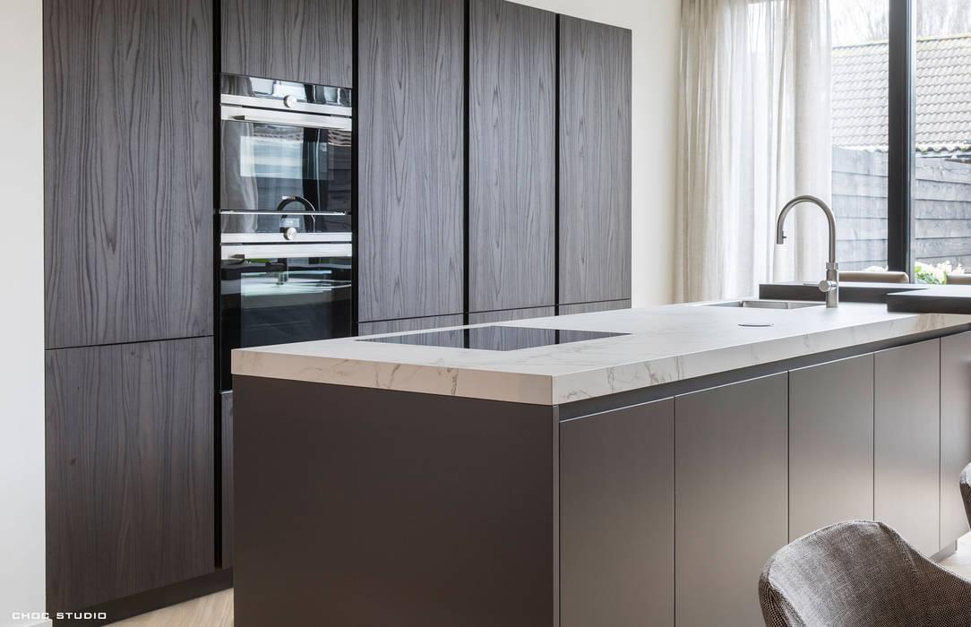 warm interieur voor stadswoning:  Keuken door choc studio interieur