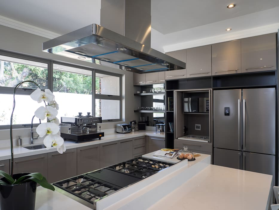 Houghton Residence: The kitchen:  Kitchen units by Dessiner Interior Architectural, Modern