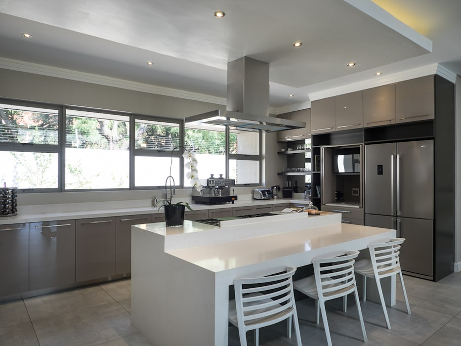 Houghton Residence: The kitchen :  Built-in kitchens by Dessiner Interior Architectural, Modern