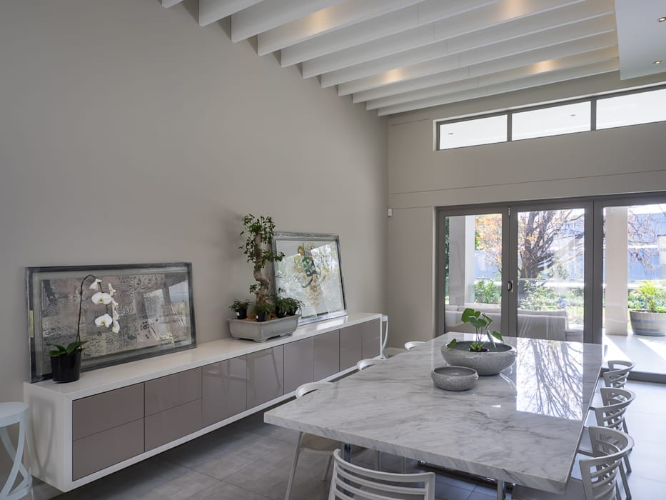 Houghton Residence: The dining space Modern living room by Dessiner Interior Architectural Modern