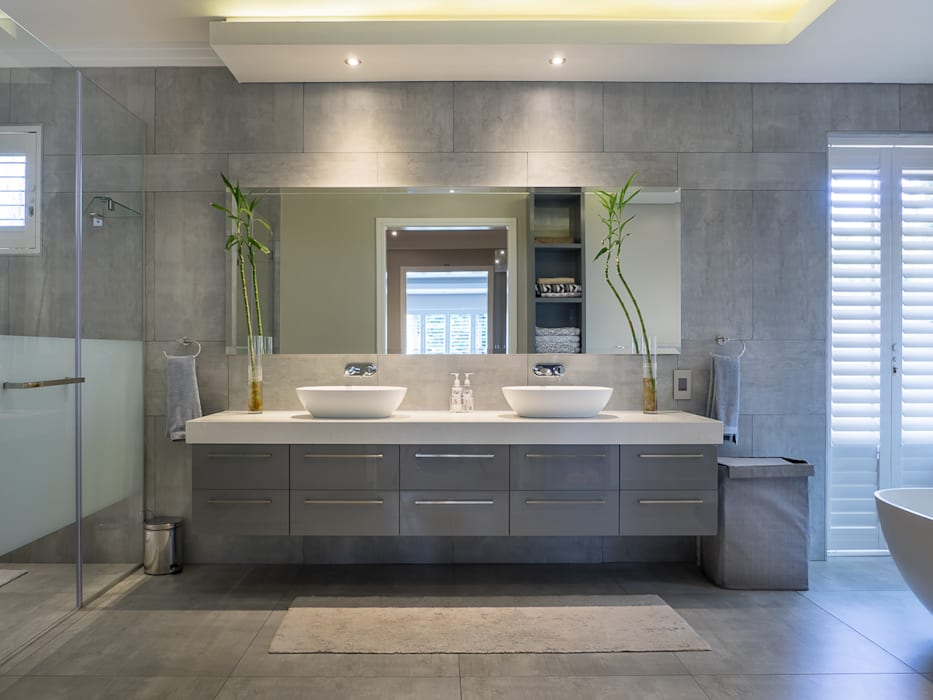 Houghton Residence: The bathroom:  Bathroom by Dessiner Interior Architectural, Modern