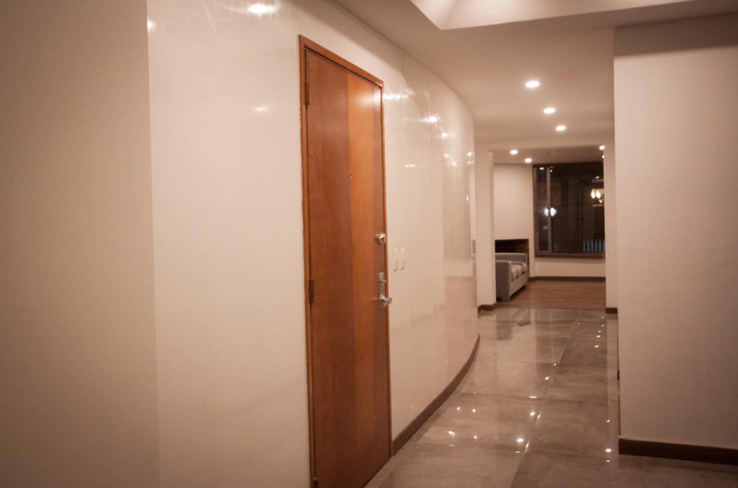 Corridor & hallway by AMR estudio