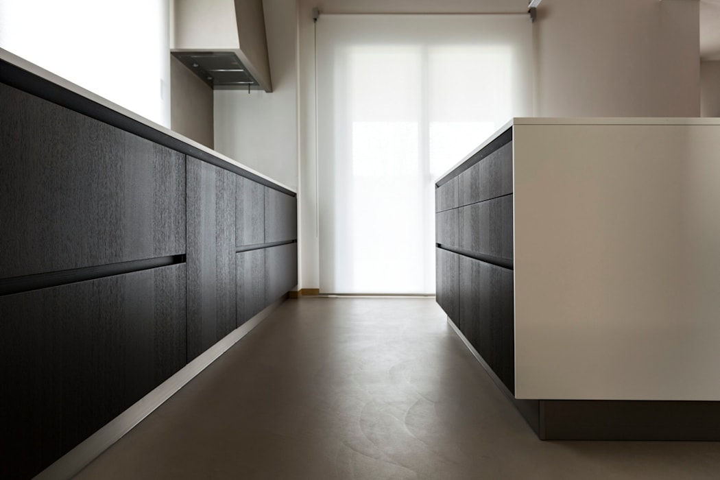 Casa TA: Cucina attrezzata in stile  di Elia Falaschi Photographer