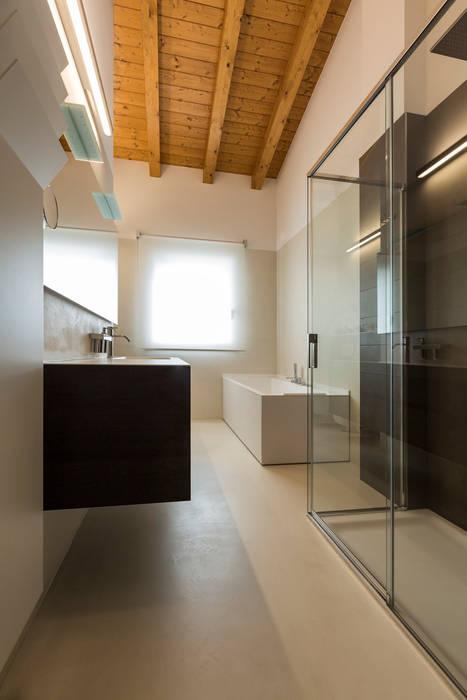 Casa TA: Bagno in stile in stile Moderno di Elia Falaschi Photographer
