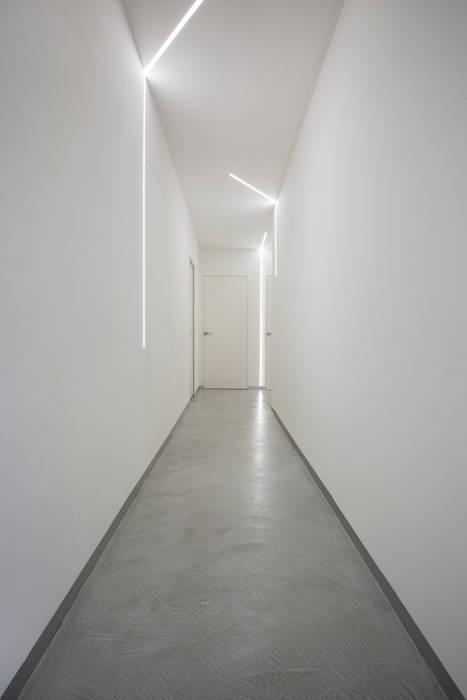 Casa PA: Ingresso & Corridoio in stile  di Elia Falaschi Photographer