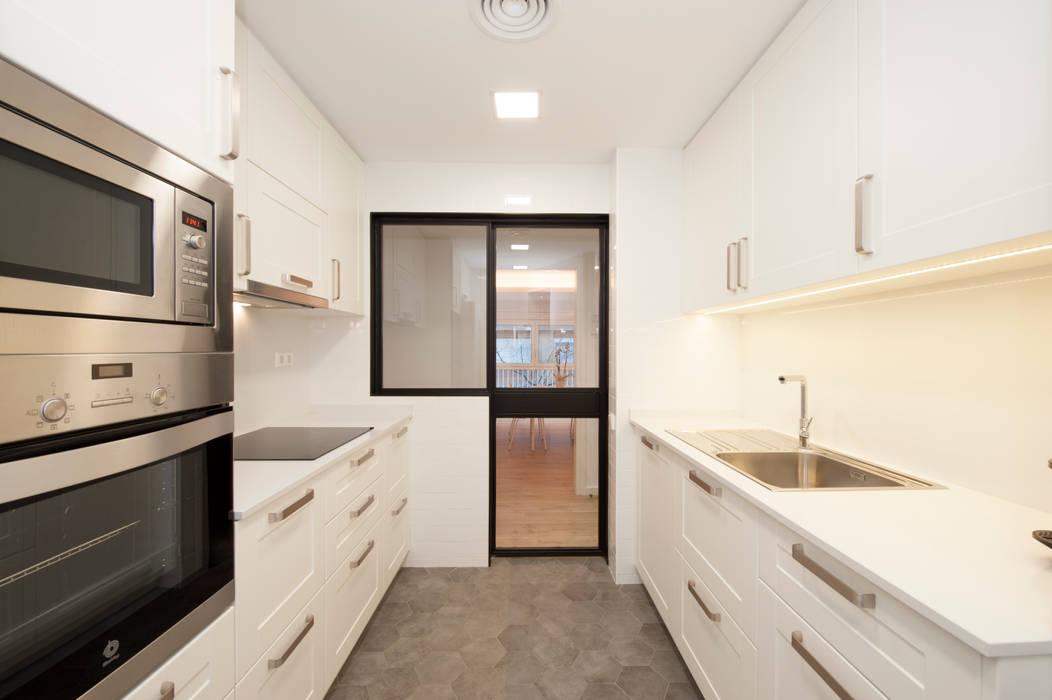 Cocina con puerta corredera de cristal y hierro reforma - Puerta cocina cristal ...