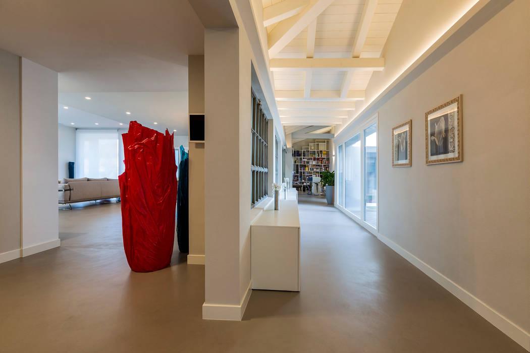 Casa PR: Ingresso & Corridoio in stile  di Elia Falaschi Photographer
