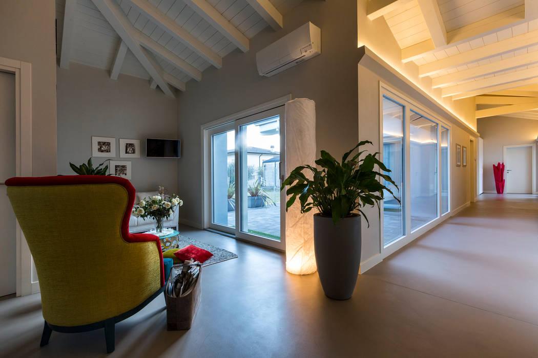 Casa PR: Studio in stile in stile Moderno di Elia Falaschi Photographer