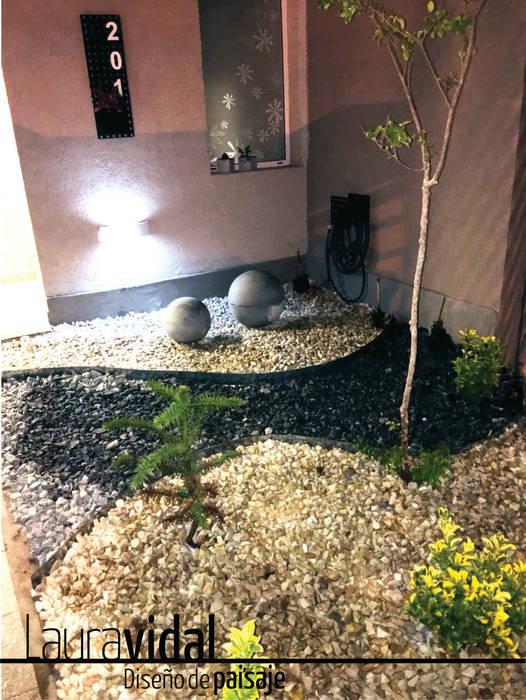 Pequeño Jardín Urbano: Jardines en la fachada de estilo  por Laura Vidal Estudio de Paisajismo - Interiorismo,Moderno Piedra