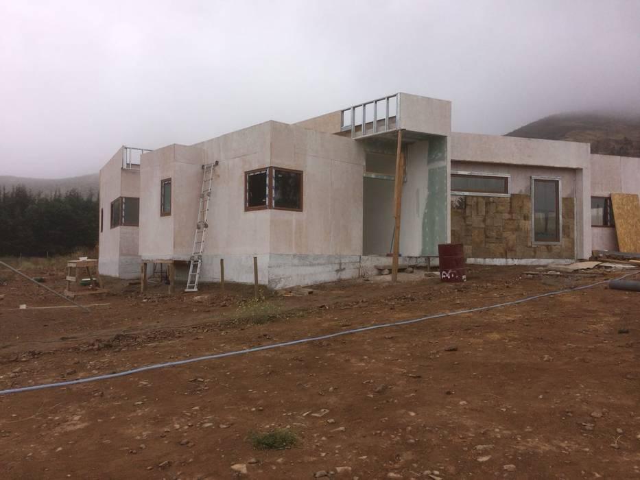 Proceso Instalación Piedra Reconstituida Vivienda Premium 115m2 Fundo Loreto.: Casas unifamiliares de estilo  por Territorio Arquitectura y Construccion - La Serena