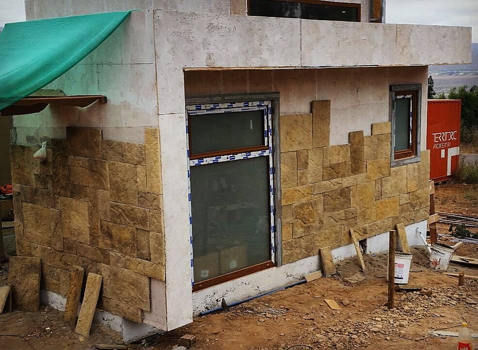 Proceso Instalación Piedra Reconstituida Vivienda Premium 115m2 Fundo Loreto.: Casas unifamiliares de estilo  por Territorio Arquitectura y Construccion