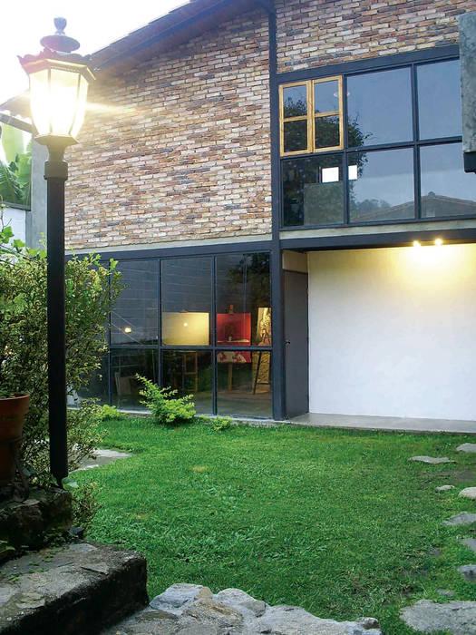 Fachada de la vivienda unifamiliar Atis Proyectos Casas de campo Concreto Blanco