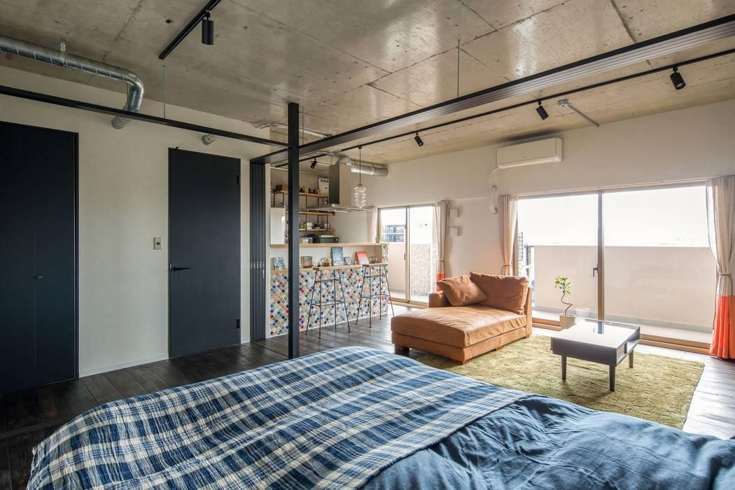 Living room by 山本嘉寛建築設計事務所 YYAA, Rustic Tiles