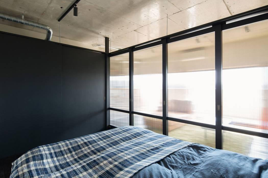 Dormitorios de estilo  por 山本嘉寛建築設計事務所 YYAA, Moderno Madera Acabado en madera