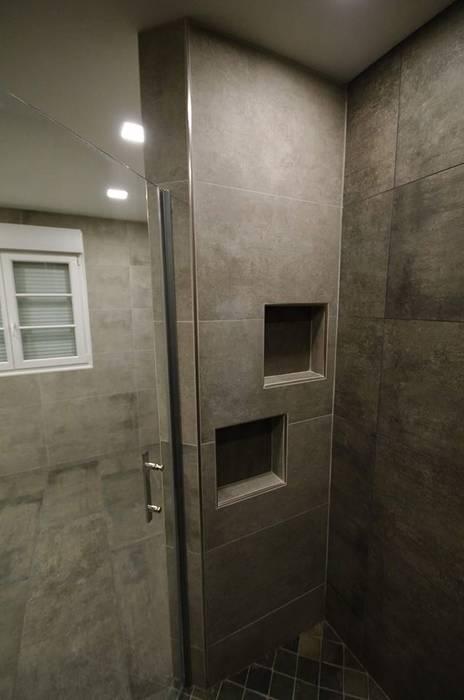Niches dans une douche: Salle de bains de style  par RG Intérieur