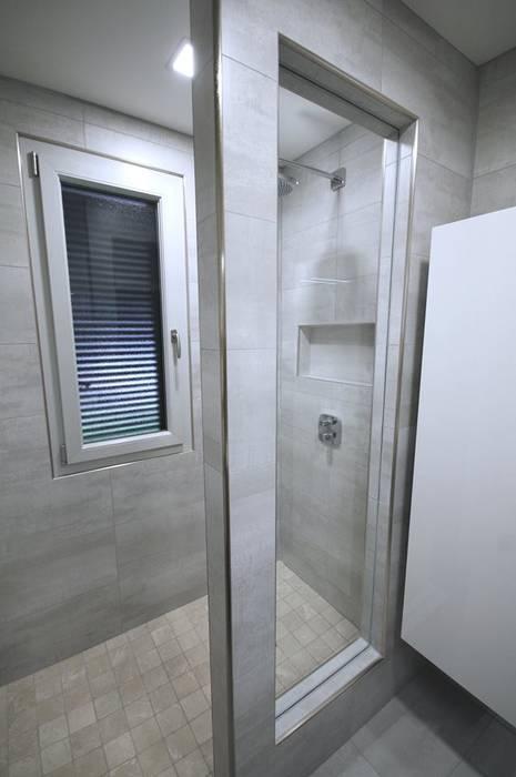 Petite pièce, grande salle d\'eau : salle de bains de style par rg ...