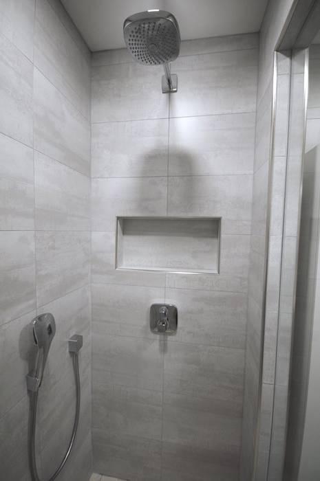 Petite pièce, grande douche : salle de bains de style par rg ...